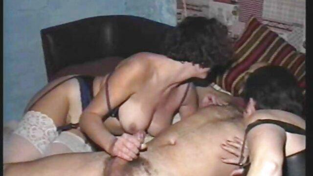 Pantalon en denim film pornographique français déchiré et baisé
