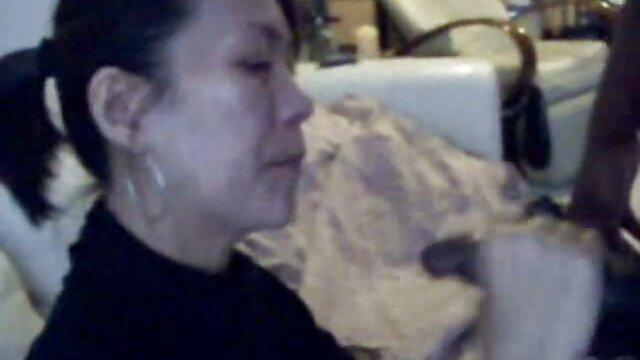 Maîtresse mature affamée a sauté sur un mec et l'a film porno américain donné dans le cul